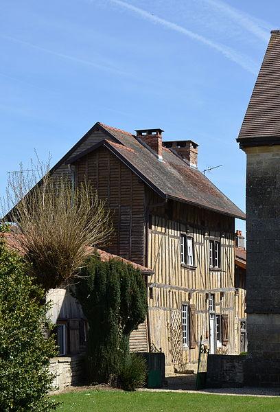 Photo du Monument Historique Maison à pans de bois située en face du milieu de la façade nord de l'église situé à Ceffonds