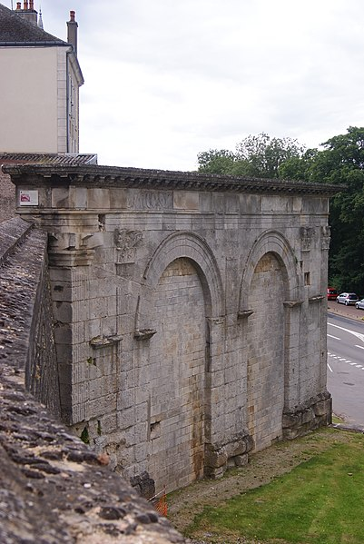 Photo du Monument Historique Arc de triomphe romain situé à Langres