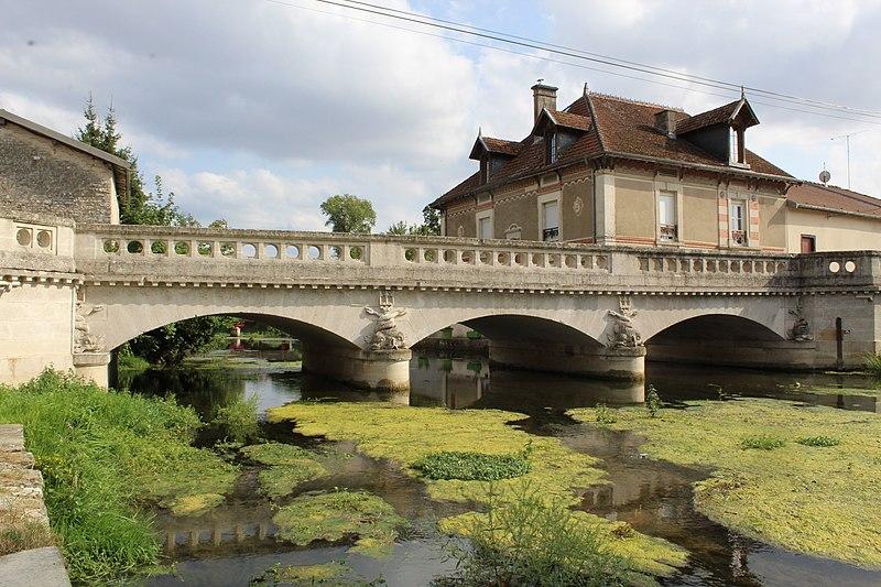 Photo du Monument Historique Pont 19e siècle en pierre de trois arches situé à Cirey-sur-Blaise