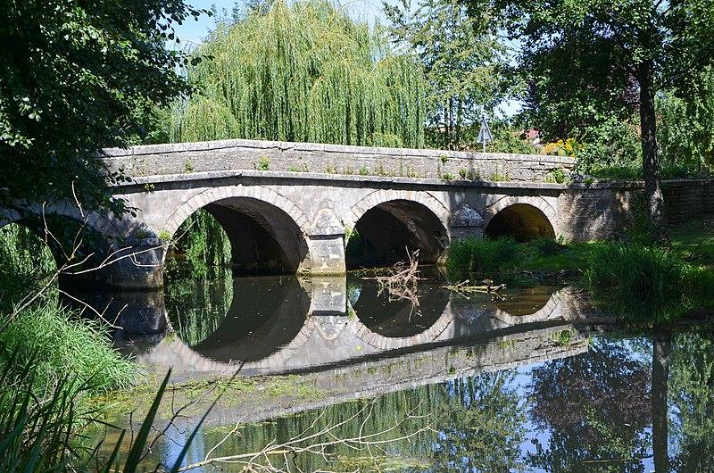 Photo du Monument Historique Pont du 18e siècle en pierre de cinq arches situé à Dommarien