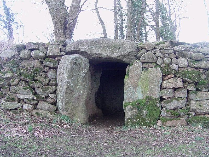 Photo du Monument Historique Sépulture mégalithique à l'entrée latérale du Petit-Vieux-Sou situé à Brecé