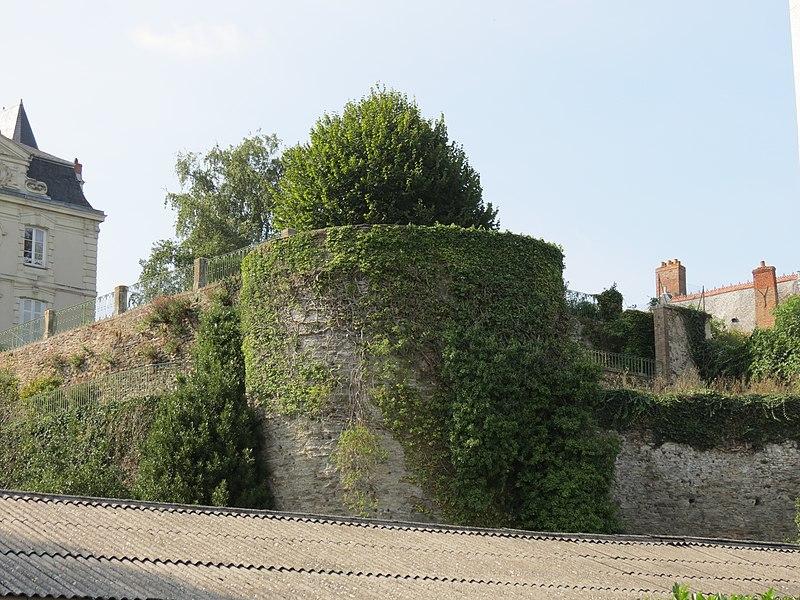 Photo du Monument Historique Château (restes) situé à Château-Gontier