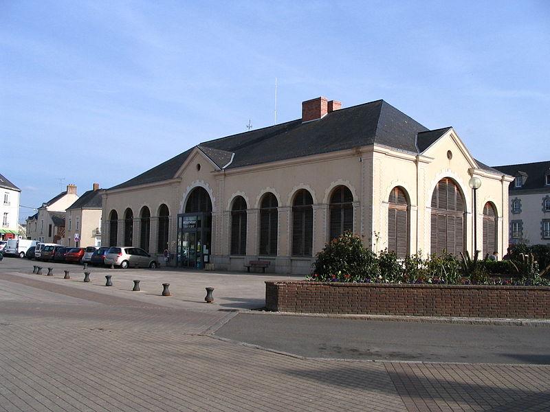 Photo du Monument Historique Halles-Mairie situé à Evron