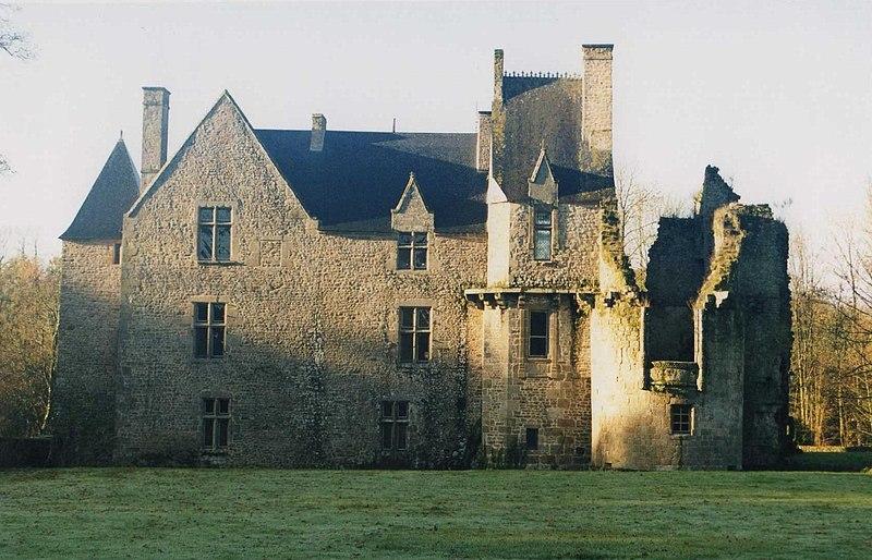 Photo du Monument Historique Château de Mausson composé d'un corps de logis et de diverses parties ruinées situé à Landivy