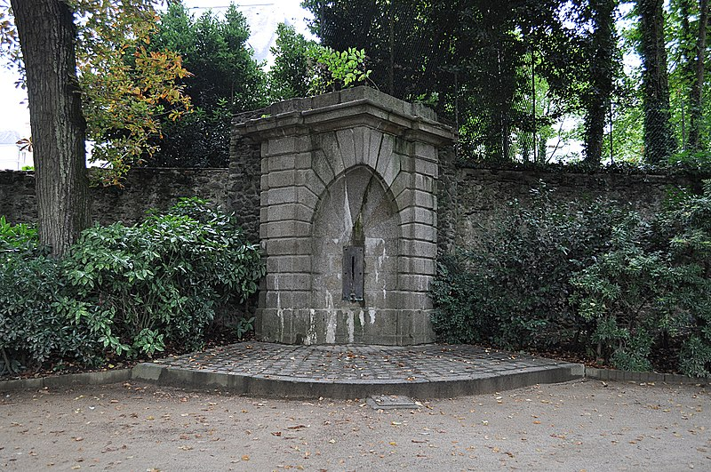 Photo du Monument Historique Fontaine publique dite Fontaine des Trois Croix ou du Puits Rocher situé à Laval