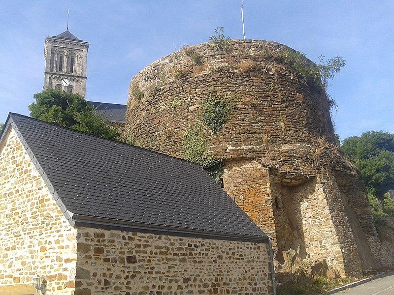 Photo du Monument Historique Tour dite Le Paradis aux Biques (ruines) situé à Montsûrs
