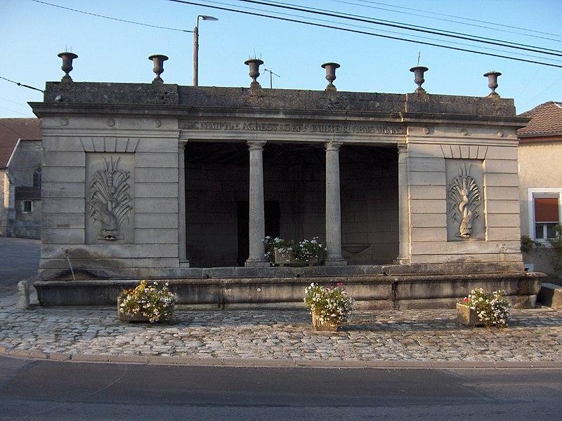 Photo du Monument Historique Fontaine-lavoir de plan demi-circulaire situé à Houdelaincourt