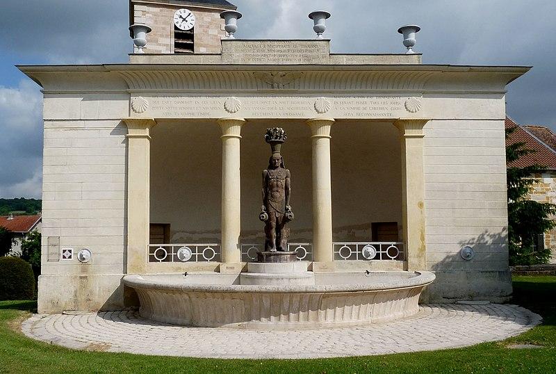 Photo du Monument Historique Fontaine-lavoir de plan demi-circulaire situé à Mauvages