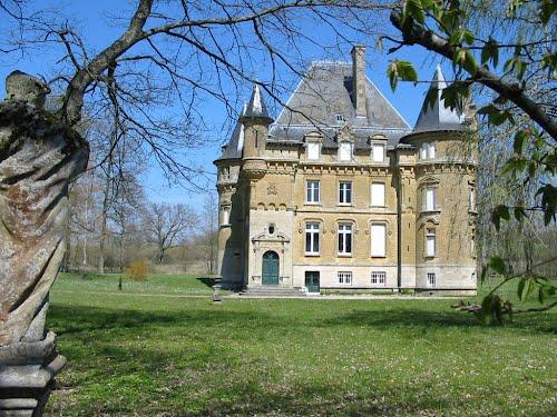 Photo du Monument Historique Château de Charmois situé à Mouzay