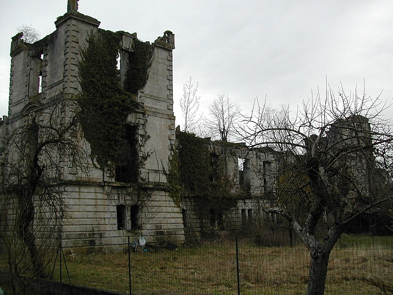 Photo du Monument Historique Château et ses communs situé à Sampigny