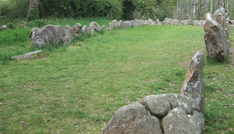 Photo du Monument Historique Tumulus dit du Manio, quadrilatère et menhir de Manio situé à Carnac