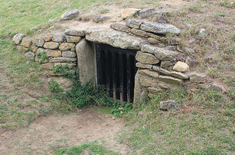 Photo du Monument Historique Dolmen à couloir sous tumulus situé à Gâvres