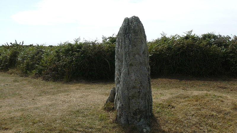 Photo du Monument Historique Menhir de Mez-Kerlard situé à Groix
