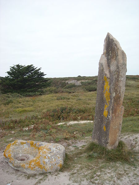 Photo du Monument Historique Dolmen de la Croix et menhir de la Vierge situé à Hoedic