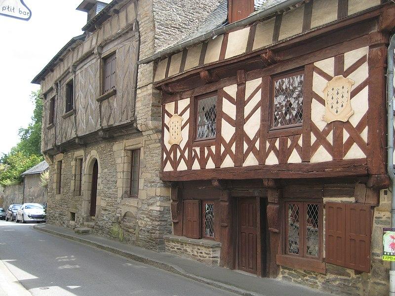 Photo du Monument Historique Deux maisons en pans de bois situé à Josselin