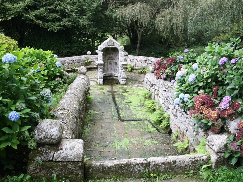 Photo du Monument Historique Fontaine de la Trinité-Bezver et son enceinte situé à Langonnet