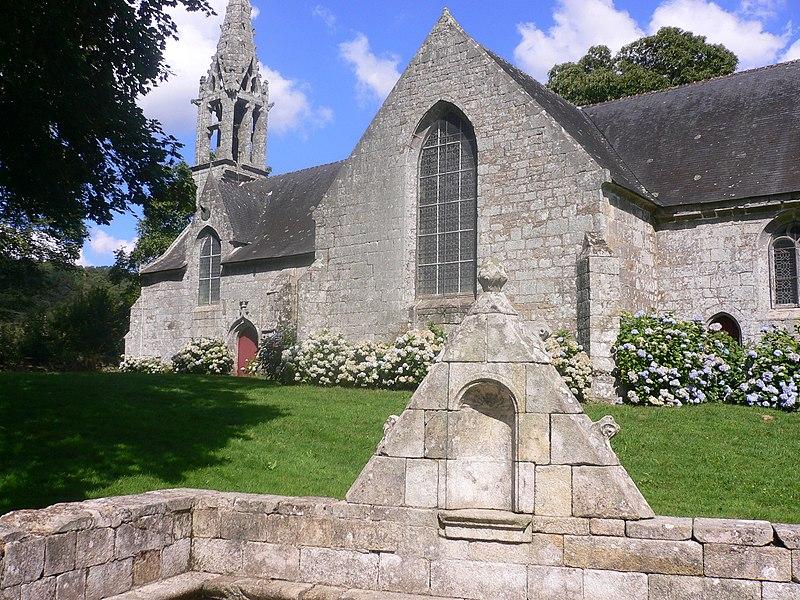 Photo du Monument Historique Chapelle Saint-Urlo avec sa fontaine situé à Lanvénégen