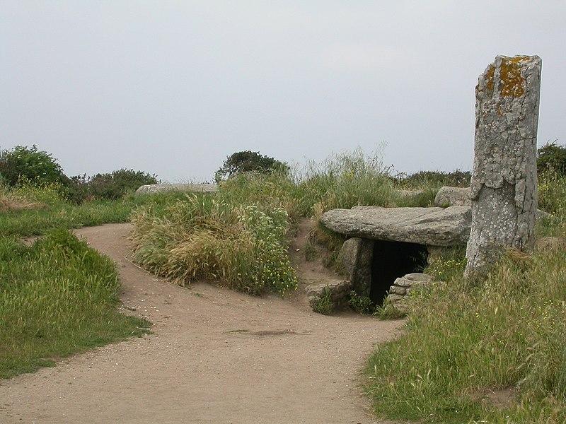 Photo du Monument Historique Dolmen des Pierres-Plates situé à Locmariaquer