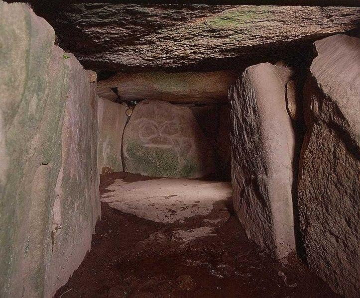 Photo du Monument Historique Tumulus avec dolmen du Mané-Nélud situé à Locmariaquer