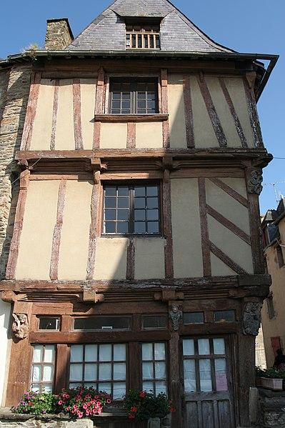 Photo du Monument Historique Maison du 15e siècle, appelée Maison de la Truie qui file, ou Maison des Singes situé à Malestroit