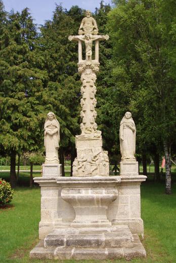 Photo du Monument Historique Calvaire sur socle et autel situé à Melrand