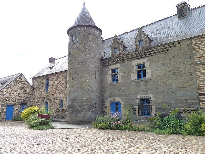 Photo du Monument Historique Ancien château de la Villeneuve, dit ferme du Gros Chêne situé à Pontivy