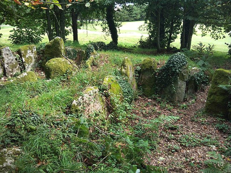 Photo du Monument Historique Cairn mégalithique à deux dolmens à couloir, dit Le Trou des Chouans situé à Quéven
