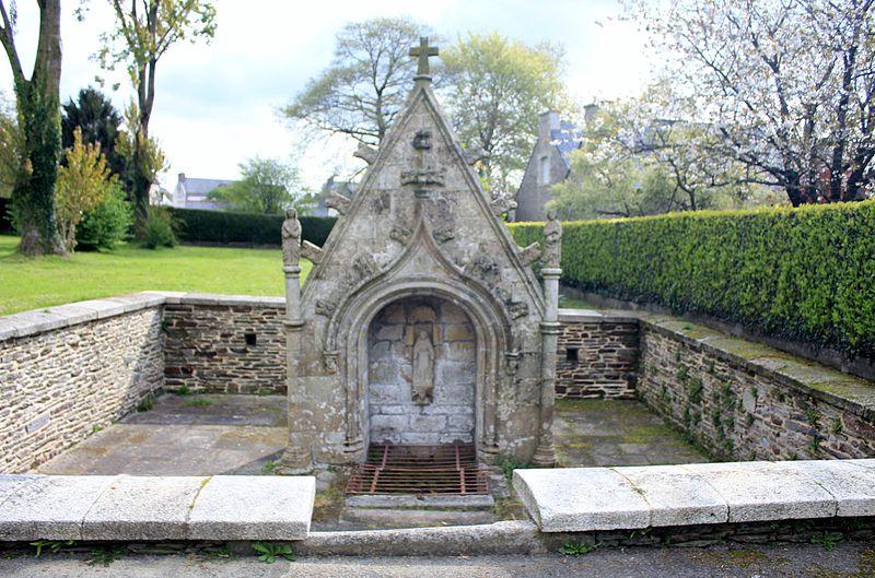 Photo du Monument Historique Fontaine Sainte-Julitte et son enceinte situé à Remungol