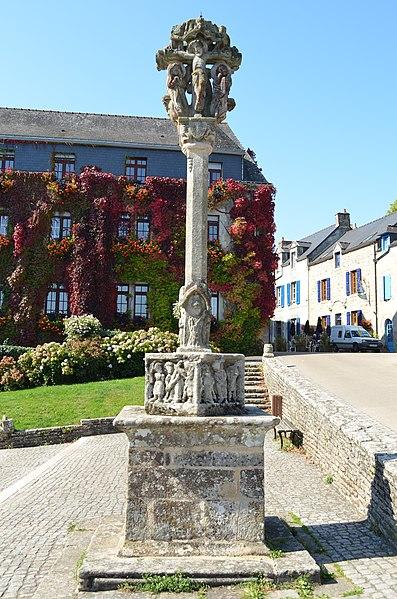Photo du Monument Historique Calvaire situé sur la place de l'église Notre-Dame-de-La-Tronchaye situé à Rochefort-en-Terre