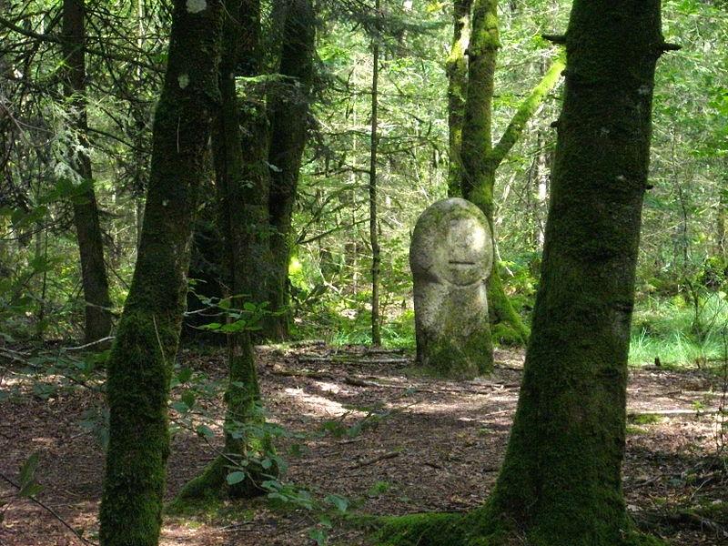 Photo du Monument Historique Deux menhirs taillés, dits Babouin et Babouine situé à Trédion