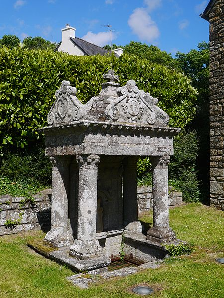 Photo du Monument Historique Fontaine Saint-Servais et son lavoir situé à La Trinité-Surzur