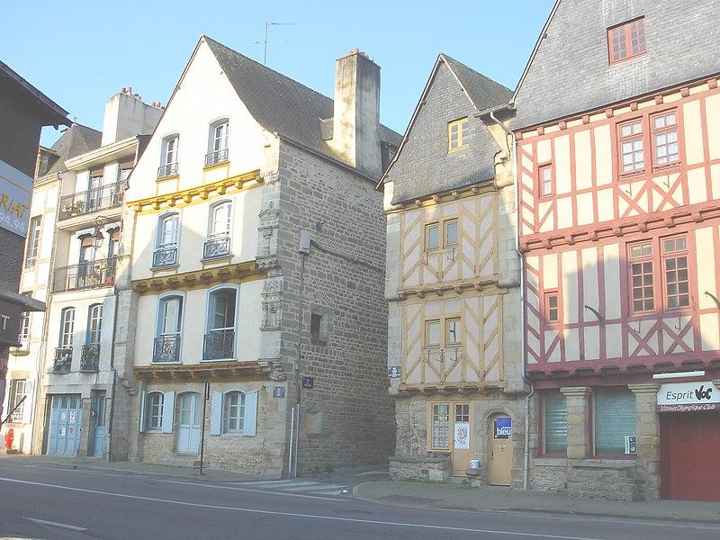 Photo du Monument Historique Maison dite des Trois-Piliers et maison voisine, à l'angle des deux rues situé à Vannes