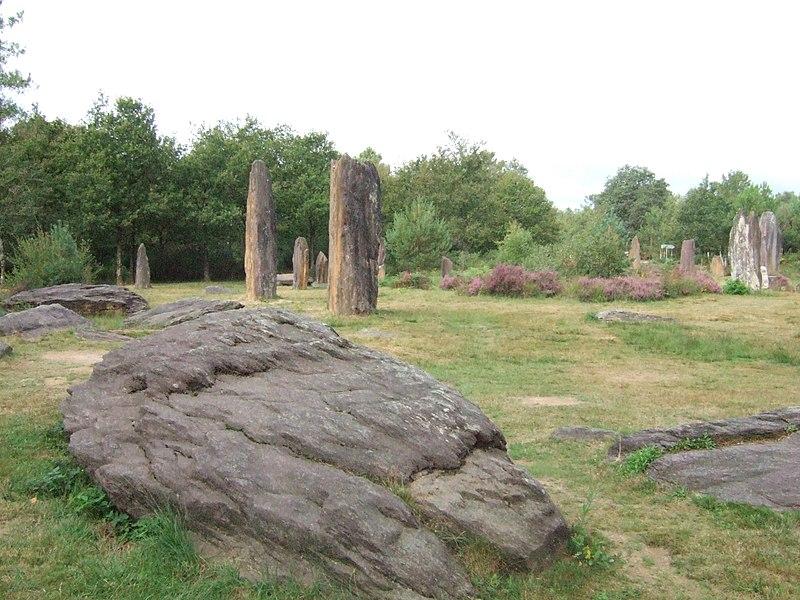 Photo du Monument Historique Site mégalithique des Pierres Droites situé à Monteneuf
