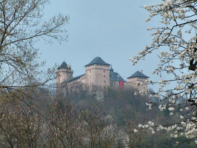 Photo du Monument Historique Ruines du château de Mensberg, dit aussi château de Malbrouck situé à Manderen