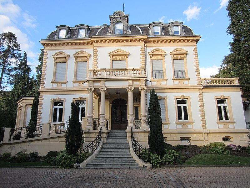 Photo du Monument Historique Ancienne maison du directeur des hauts-fourneaux de la Paix, actuellement foyer-restaurant pour personnes âgées situé à Nilvange