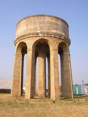 Photo du Monument Historique Château d'eau de l'hôpital américain situé à Saint-Parize-le-Châtel