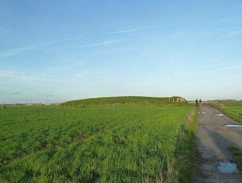 Photo du Monument Historique Tumulus dit Mont des Tombes situé à Sainghin-en-Mélantois