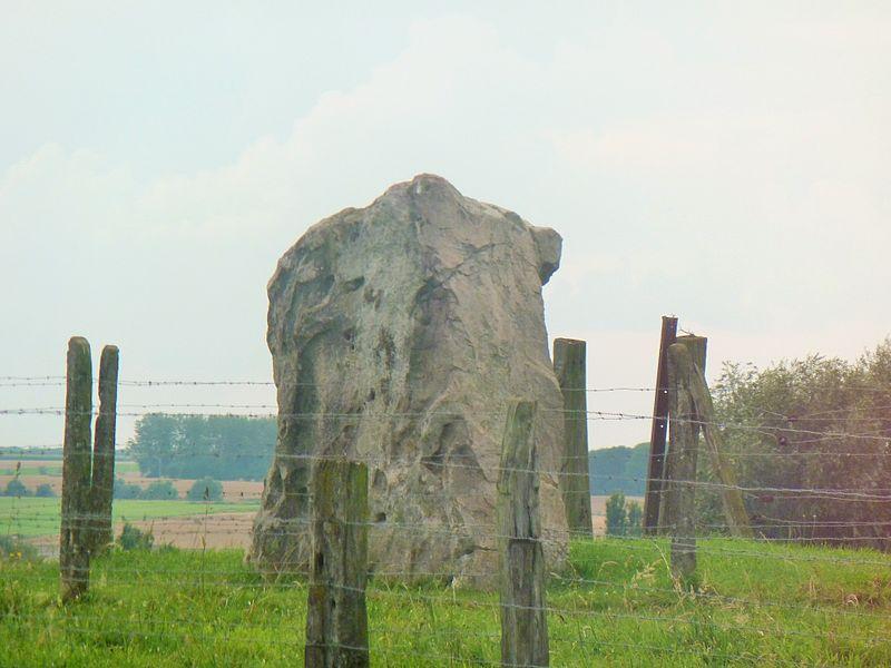 Photo du Monument Historique Menhir dit Le Gros Caillou ou Grès Montfort situé à Vendegies-sur-Ecaillon
