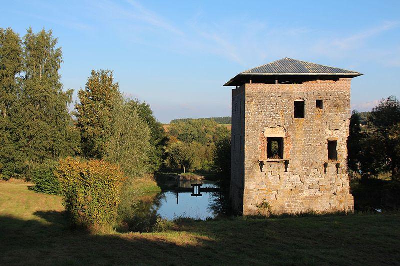Photo du Monument Historique Tour sarrazine ou tour aux bois du 12e siècle situé à Saint-Waast