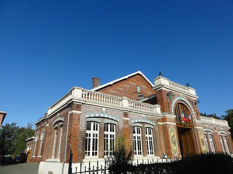 Photo du Monument Historique Salle des fêtes du quartier d'Arenberg construite par la compagnie des mines d'Anzin situé à Wallers