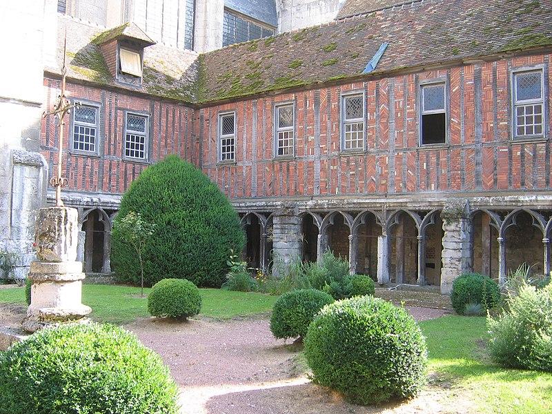 Photo du Monument Historique Cloître de la cathédrale et de l'ancien musée situé à Beauvais