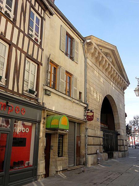 Photo du Monument Historique Immeubles situé à Compiègne
