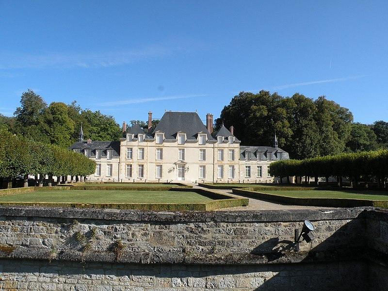 Photo du Monument Historique Château de Saint-Cyr et ses communs situé à Lavilletertre