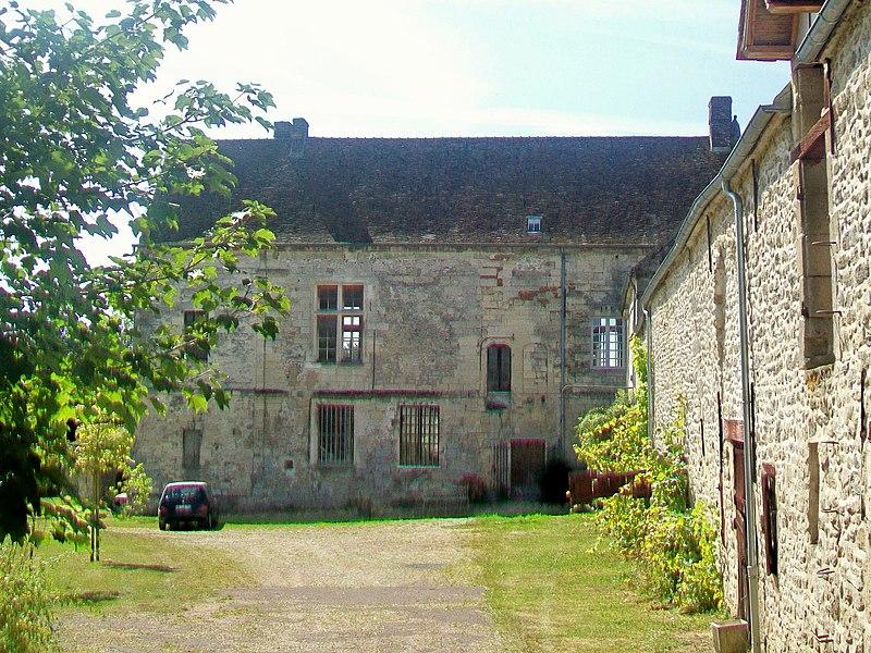 Photo du Monument Historique Ferme, à droite en regardant l'église situé à Néry