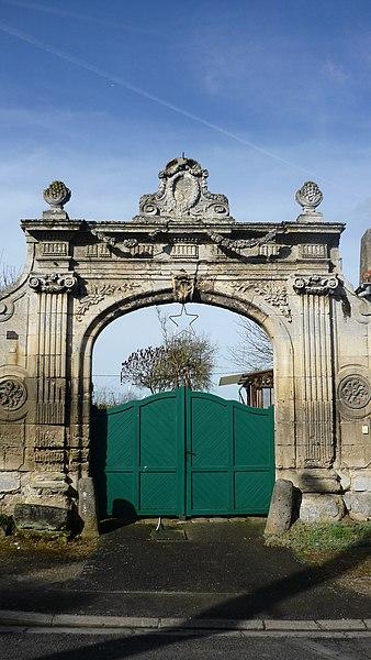 Photo du Monument Historique Ancienne porte situé à Le Plessier-sur-Saint-Just