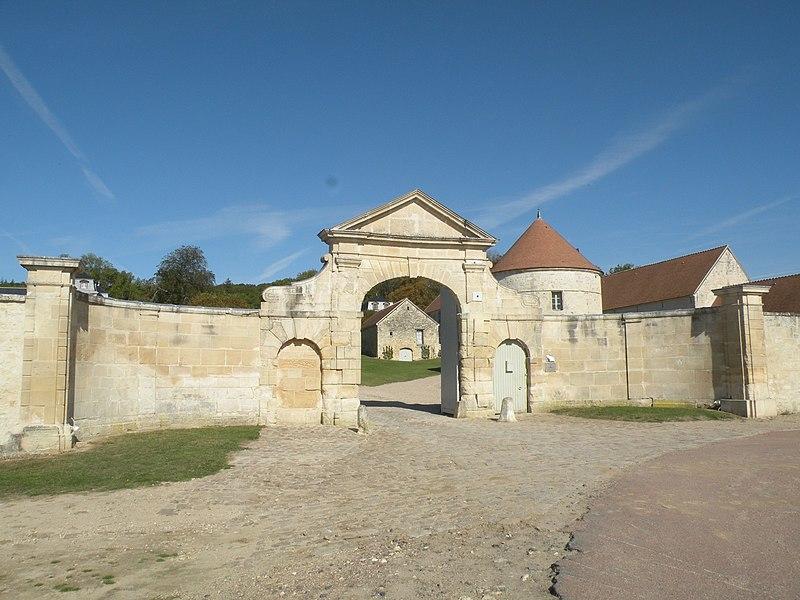 Photo du Monument Historique Château et ferme situé à Serans