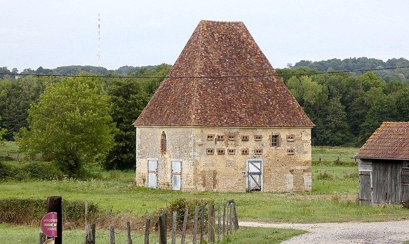 Photo du Monument Historique Château et temple protestant situé à Courtomer