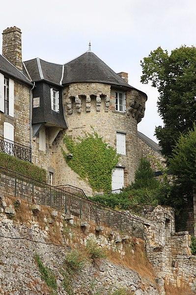 Photo du Monument Historique Enceinte de la ville situé à Domfront