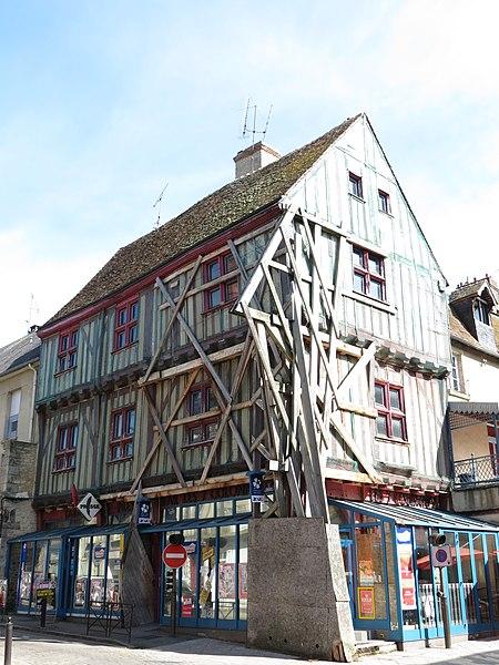 Photo du Monument Historique Maison des Sept Colonnes situé à Alençon
