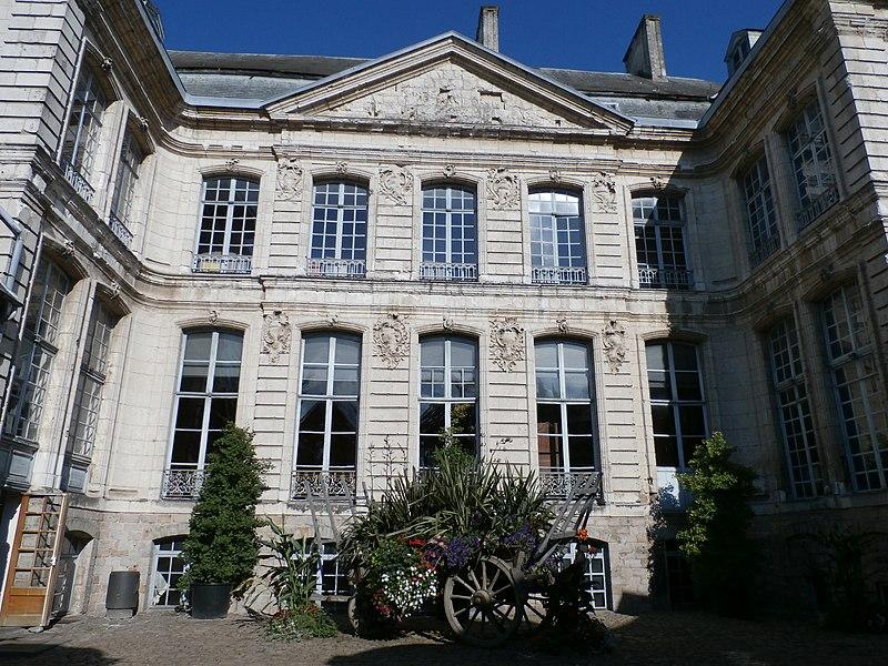 Photo du Monument Historique Ancien Hôtel de Beaulaincourt situé à Béthune